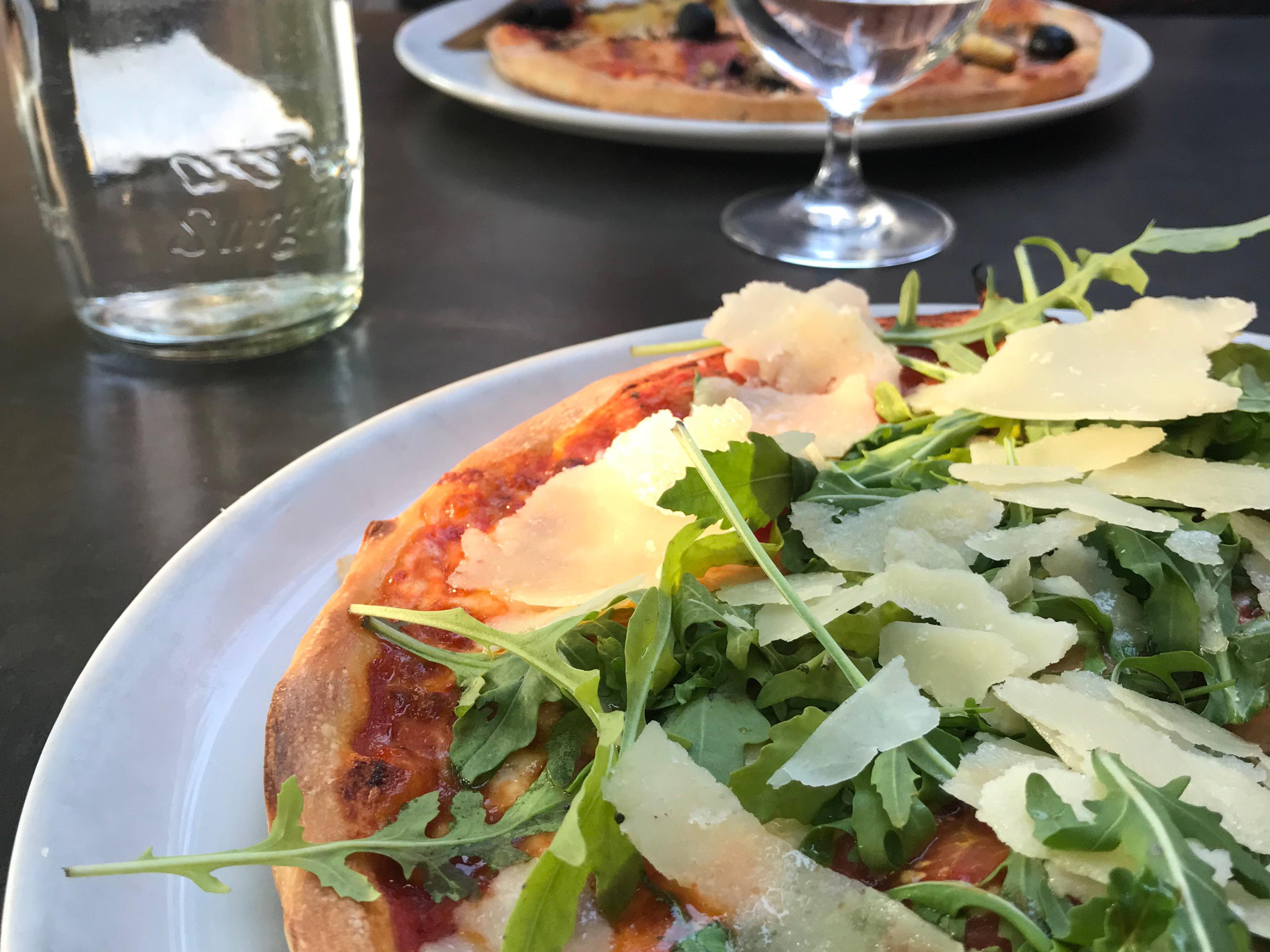 Pizza mit Rucola und Parmesan